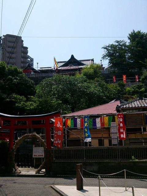 成田山横浜別院の下からの写真