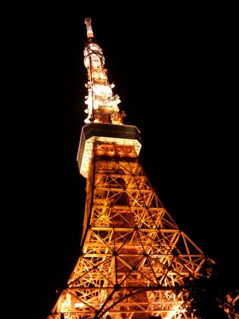 夜空にそびえる東京タワー